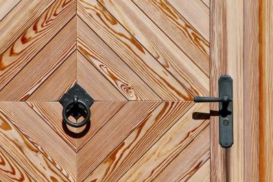 wooden-door-2120039_1920